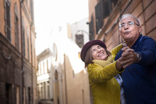 Coppia Di Anziani Balla Felice...
