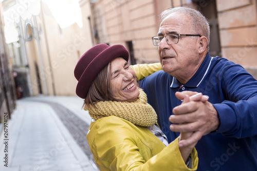 coppia di anziani balla felice in mezzo a una strada Canvas Print