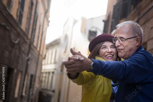 Photo coppia di anziani balla felice in mezzo a una strada