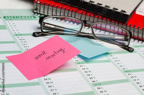 Fotografia, Obraz  Post it work meeting sobre calendario gafas y agenda
