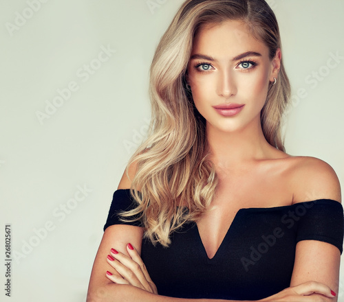 Fotografia Young, blonde haired woman with   wavy hair