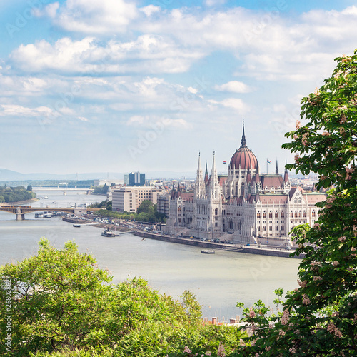 Foto auf AluDibond Budapest Budapest, Hungary. May, 2019. The building of the Hungarian Parliament. The symbol and business card of the city, located on the banks of the Danube. Spring. Tourism and travel.