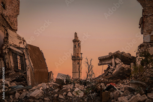 Fotografia Destroyed buildings next to a mosque in the city of Aleppo in Syria