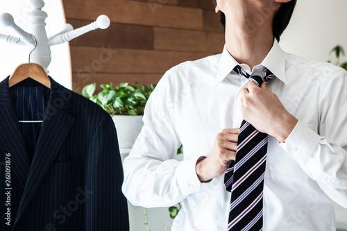 Photo ネクタイを締める男性