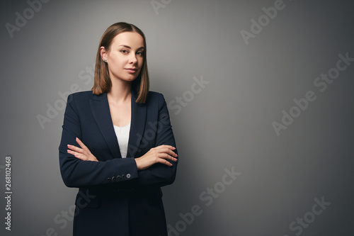 Pinturas sobre lienzo  Confident young business woman in suit looking at camera