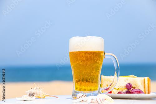Photo  海でビールを飲む