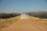 Fototapeta Sawanna - długa prosta droga szutrowa biegnąca przez dzikie tereny w afryce