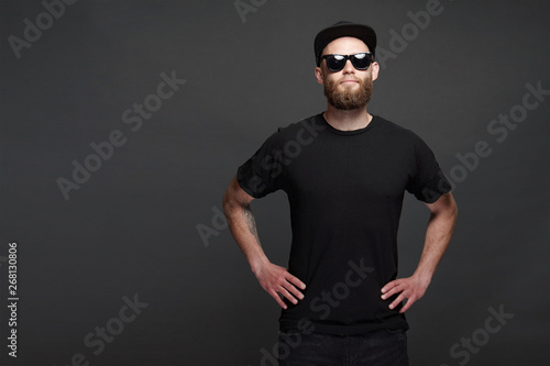 Fotografía  Hipster handsome male model with beard wearing black blank baseball cap with spa