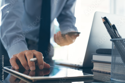 Foto  Businessman working at office