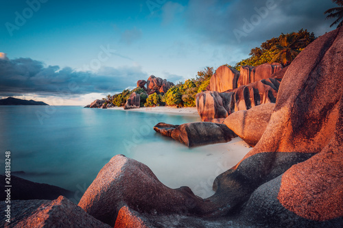 Foto  Unique shaped granite boulders and a dramatic sunset at Anse Source d'Argent beach, La Digue island, Seychelles