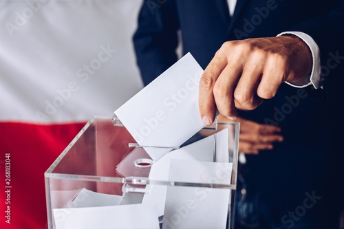 Obraz na plátně Man throwing his vote into the ballot box