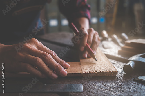 Foto  Carpenter working with equipment on wooden table in carpentry shop