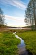 kręty strumień płynie prosto do jeziora