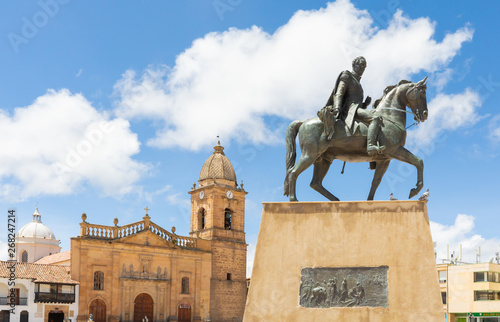 Photo Tunjia statue of Simon Bolivar on horseback