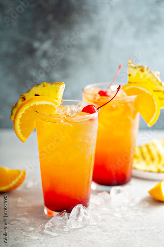 Fotografía  Tequila sunrise cocktail with grilled pineapple and orange