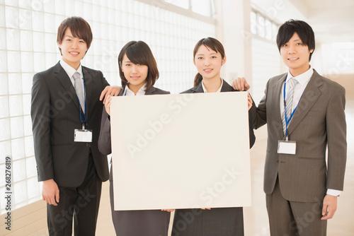 Photo メッセージボードを持つビジネスマンとビジネスウーマン