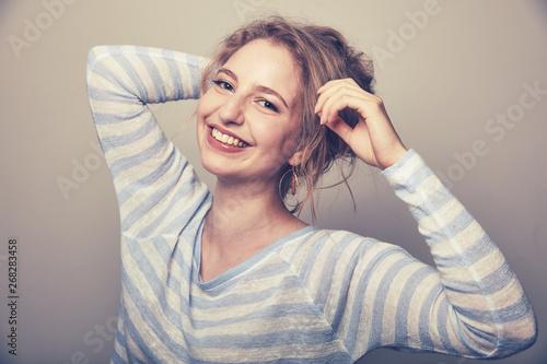 Obraz na plátně  Lachende junge Frau mit blonden Haaren