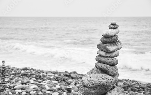 Photo sur Plexiglas Zen pierres a sable Black and white picture of a stone stack on a beach.