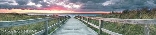 Tuinposter Noordzee Über den Steg an den Strand