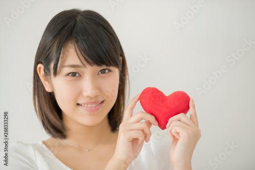Carta da parati ハートを持ち微笑む女性