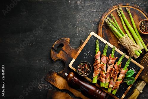 Fotografía  Asparagus baked with bacon and spices