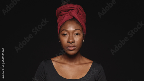 Fotografiet  Portrait of an african woman in a headwrap