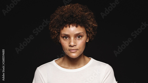 Fotografiet  Young woman with curly hair