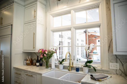 Foto Updated Modern farmhouse Kitchen Ceramic Sink with Marble Countertops