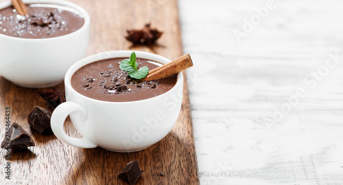 Fotografia Hot chocolate drinks and chocolate pieces in white cup.