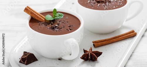 Montage in der Fensternische Schokolade Hot chocolate drinks and chocolate pieces in white cup.