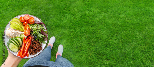 Fotografia  Young woman is resting and eating a healthy food after a workout