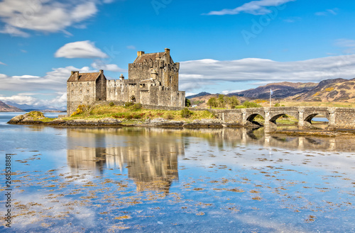 Foto op Plexiglas Historisch geb. Eilean Donan Castle in Dornie in the Scottish Highlands, Scotland