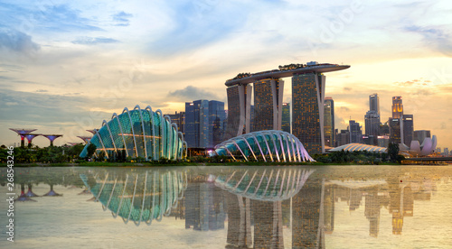 La pose en embrasure Singapoure Singapore skyline at sunset