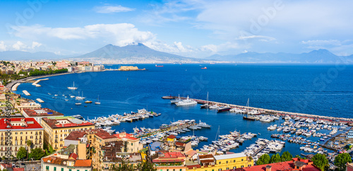 Montage in der Fensternische Neapel Naples city and port with Mount Vesuvius on the horizon seen from the hills of Posilipo. SSeaside landscape of the city harbor and golf on the Tyrrhenian Sea