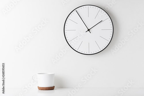 Photo Home office minimal workspace desk with wall clock