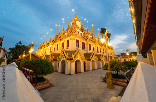 Foto  Wat Ratchanatdaram and Loha Prasat Metal Castle at twilight, landmark and famous