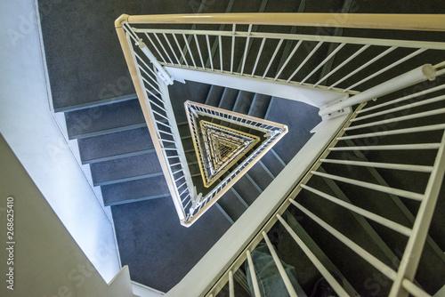 Obraz na plátně  三角形の螺旋階段