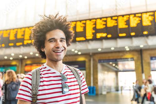 Fotografía  Happy man portrait at train station in London