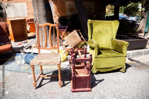Fotografie, Obraz  mesa,silla,butacón abandonado en la calle para ser recogido por los servicios de