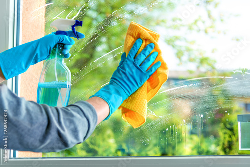 Obraz Cleaning window pane with detergent - fototapety do salonu