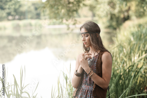 Fotografía beautiful hippie girl on the background of a forest lake