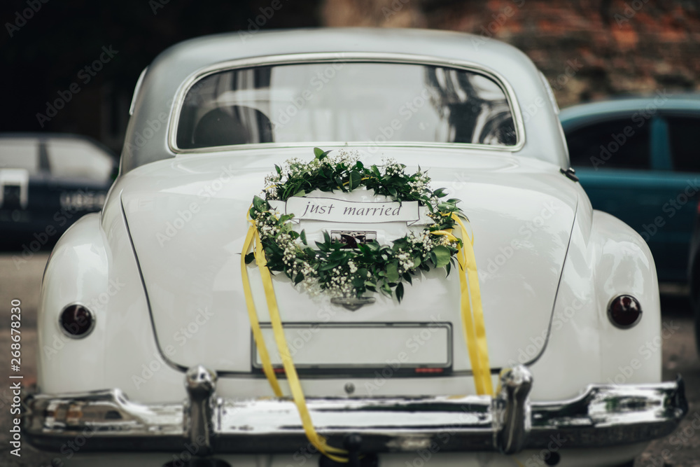 Fototapety, obrazy: Wedding bouquet on vintage wedding car