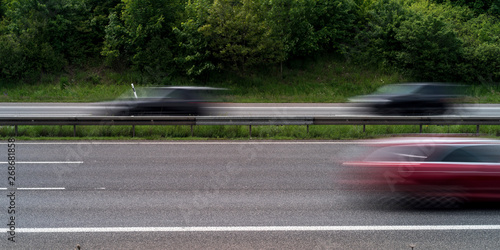 Obraz na plátne  Unscharfe Autos auf der Autobahn