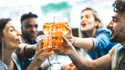 Friends drinking spritz at fashion cocktail bar restaurant - Friendship concept Fototapete