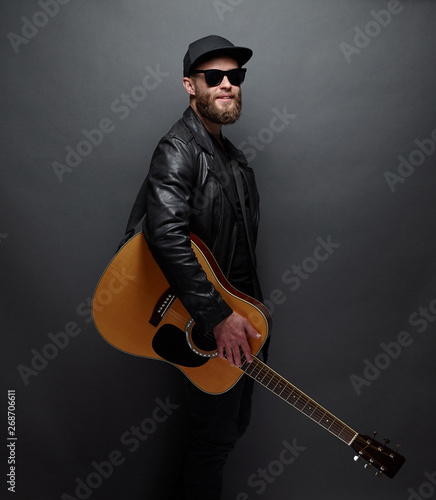 Guitar player with beard and black clothes - 268706611