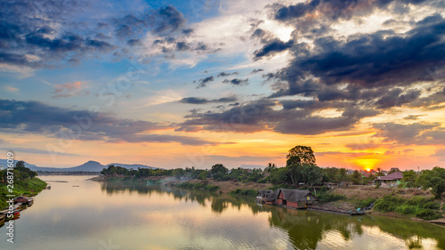 Pinturas sobre lienzo  Mekong River Pakse Laos sunset dramatic sky reflection on water village on river