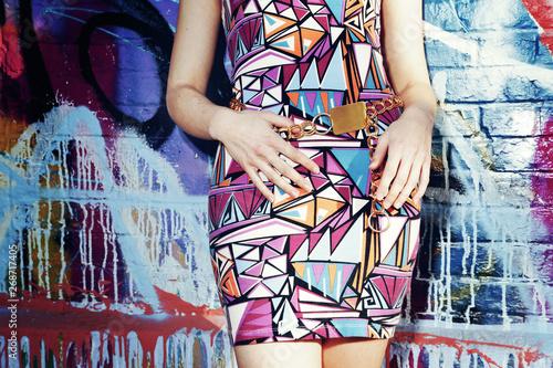 Cuadros en Lienzo femme appuyée contre mur coloré