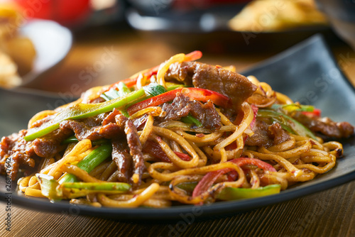 Photo  asian stir fried noodles with beef peppers and onions