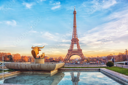 Poster de jardin Tour Eiffel Eiffel Tower at sunset in Paris, France. Romantic travel background