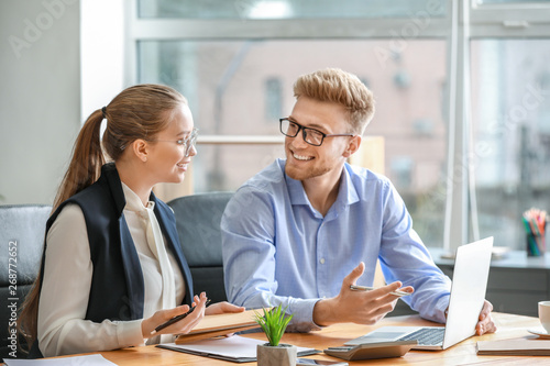 Photo Male and female accountants working in office